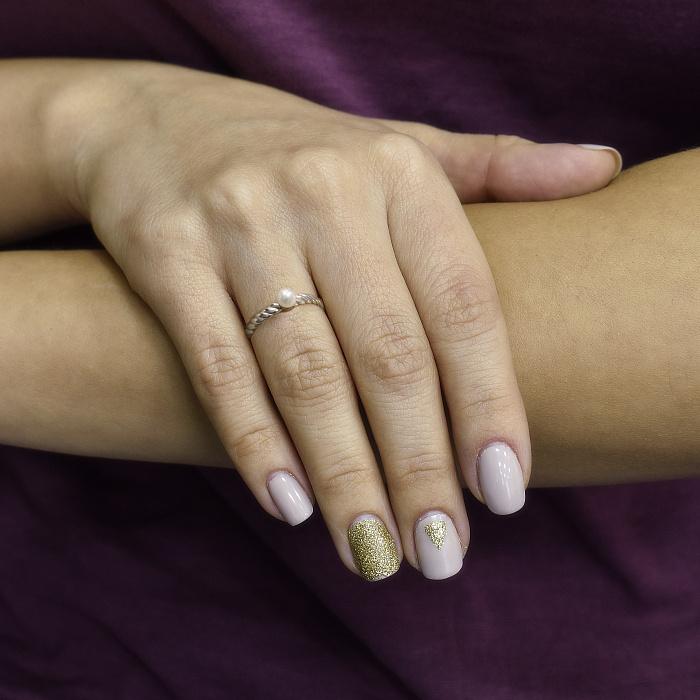 Серебряное кольцо Твист с крученой шинкой и белым жемчугом 000082772
